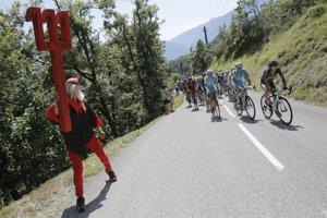 Fanúšik povzbudzuje cyklistov počas 13. etapy.