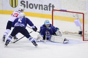 Žiga Jeglič (Slovan) strieľa gól.