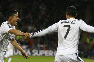 Cristiano Ronaldo a James Rodriguez oslavujú druhý gól.