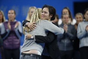 Na Li (vpravo) sa objíma s českou tenistkou Petrou Kvitovou.