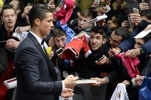 Cristiano Ronaldo prichádza na galavečer a na červenom koberci rozdáva podpisy.