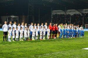 Mužstvá Slovenska a Česka sú nastúpené na hracej ploche pred vzájomným súbojom.