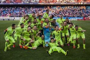 Futbalisti FC Barcelona pózujú na spoločnej fotografii po zaistení si majstrovského titulu.