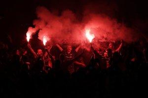 Fanúšikovia Barcelony mávajú zapálenými svetlicami a oslavujú majstrovský titul.