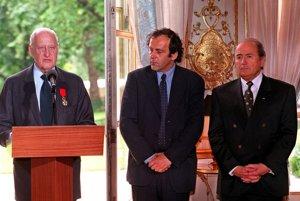 Odchádzajúci prezident FIFA Joao Havelange, v tom čase šéf prípravného výboru MS vo futbale vo Francúzsku v roku 1998 Michel Platini a nový prezident FIFA Sepp Blatter. Fotka je z roku 1998.