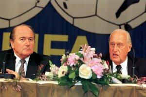 Generálny sekretár FIFA Joseph Blatter (vľavo) počúva Prezidenta FIFA Joao Havelangea počas tlačovej konferencie 13. marca 1998 v Zürichu po zasadaní exekutívy FIFA, kde sa hovorilo aj o prípadnej kandidatúre Havelangea na svoj post. Napokon kandidoval Blatter.
