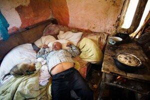 Obyvateľ chatrče v Kostoľanoch, ktorý je vážne chorý. FOTO SME - VLADIMÍR ŠIMÍČEK