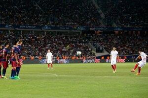 Éver Banega (úplne vpravo) strieľa z priameho kopu úvodný gól stretnutia.