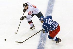 Hráč Slovana Ladislav Nagy (vľavo) bojuje o puk s Janom Hruškom z Komety Brno.