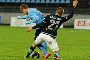Erik Čikoš (vpravo) sa pokúša vypichnúť loptu hráčovi Nitry Šimonovi Šmehylovi.