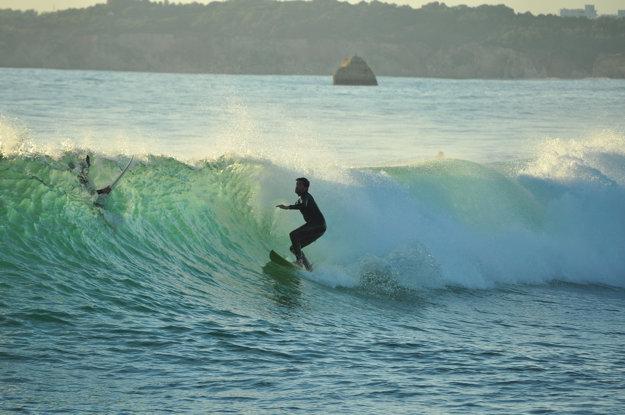Skvelé podmienky pre surfing a ďalšie vodné športy ponúka hlavne západná časť Algarve.