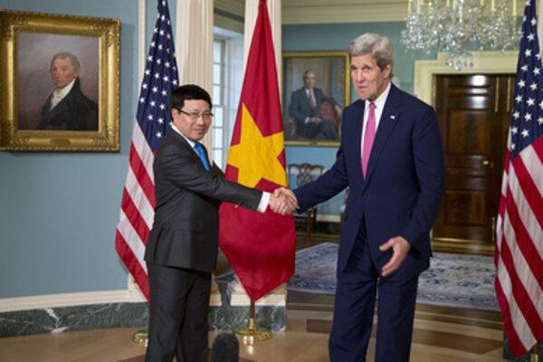 Minister zahraničných vecí Pham Binh Minh s Johnom Kerrym.