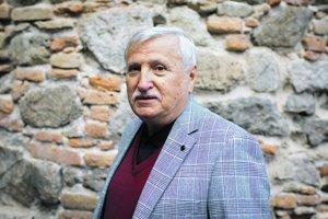 KAMIL PETERAJ (1945) Vyštudoval konzervatórium, odbor husle, neskôr, v rokoch 1965 - 1970, dramaturgiu na Divadelnej fakulte VŠMU v Bratislave. Do roku 1980 bol dramaturgom spevohry Novej scény v Bratislave, neskôr pôsobil na voľnej nohe. Po Nežnej revolú