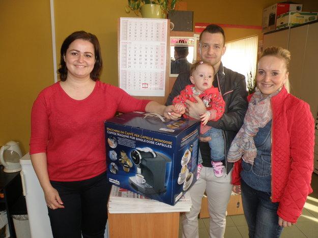 Vivien Gromová s otcom Miroslavom a mamou Martinou. Vľavo je Darina Rešetová z firmy Miko káva, ktorá venovala kávovar.