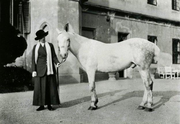 Štefánia v pokročilejšom veku pri kaštieli.