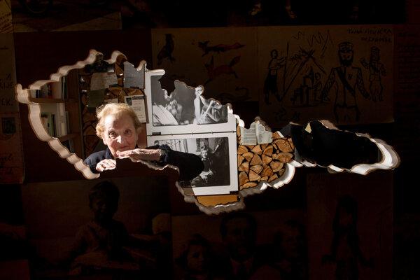 Albrightová pochádza z Československa. V roku 1938 jej rodina emigrovala pre obavy o svoj život.