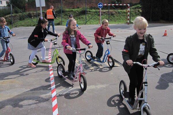 Prváci sa na dopravnom ihrisku vytvorenom pri škole učili, ako dodržiavať dopravné predpisy.