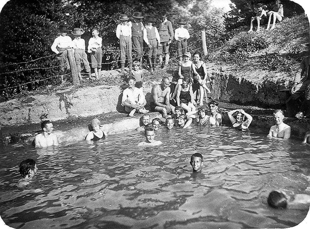 1931. Najstaršia zachovaná fotografia kúpaliska Margita. Hore na brehu stoja chlapci z dediny. V bazéne (v skutočnostije to len vyhĺbená diera) sa kúpali najmä mestské deti.
