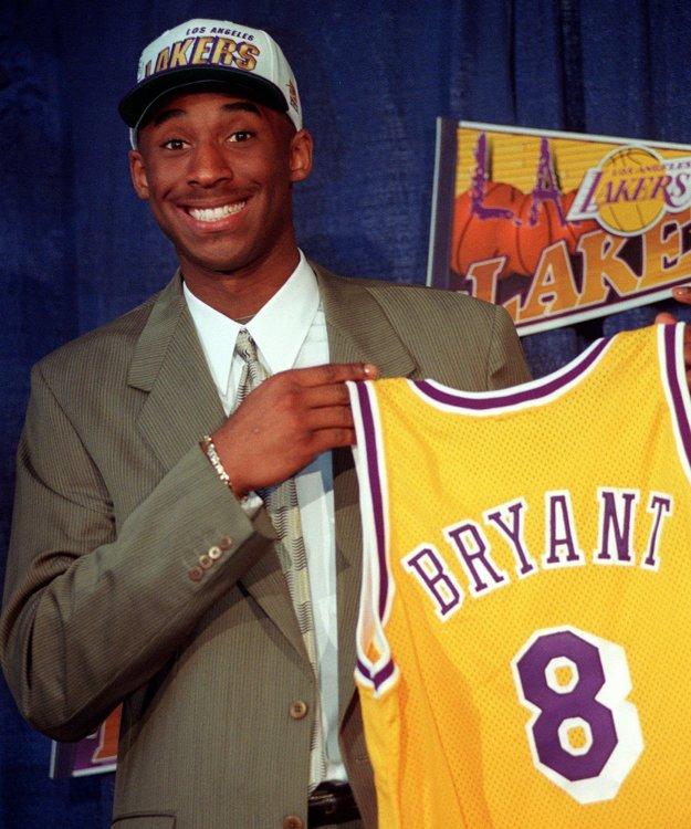 Na snímke z roku 1996 pózuje sedemnásťročný Kobe Bryant s dresom Los Angeles Lakers.