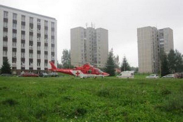Vrtuľník pristáva už rok priamo v areáli nemocnice.