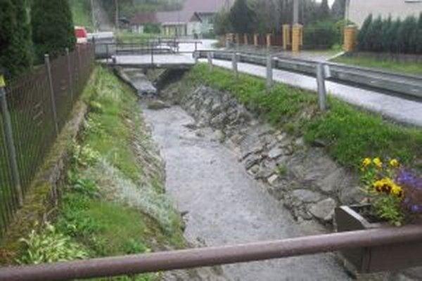 Řieka Lodňanka pôsobí ako malá neškodná riečka. Dokáže sa však zmeniť na ničiaci živel.