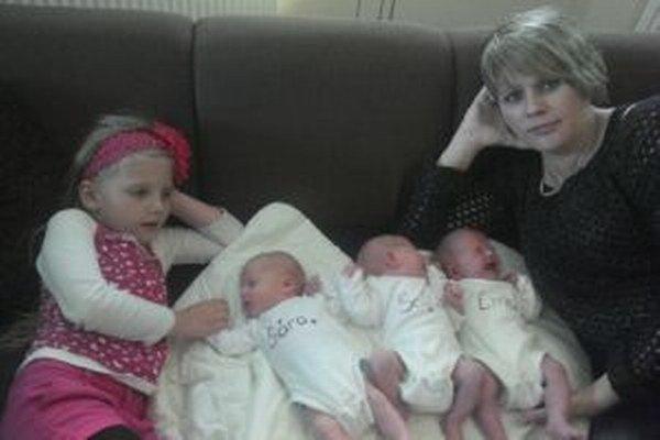 Sestry Sára, Sofia a Ema budú mávať spoločné oslavy. Narodili sa v jeden deň - sú totiž trojčatá. Na snímke s mamou a Klárkou.