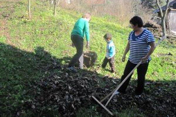 Opadané lístie a pozostatky úrody musia ísť na kompostoviská. Spaľovanie je pokutované.