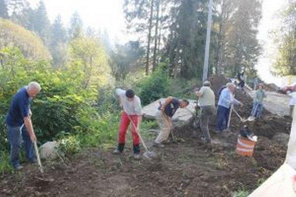 Do výstavby kostola sa zapájajú desiatky dobrovoľníkov.