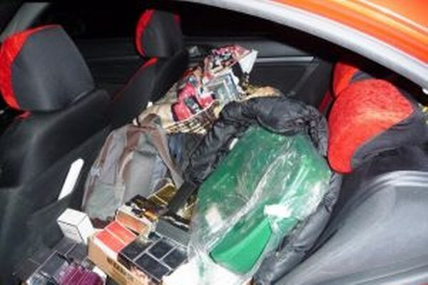 Vodič prevážal na zadných sedadlách motorového vozidla Škoda Octavia 108 kusov falzifikátov parfumov rôznych značiek.
