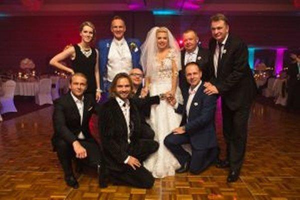 Heligonkárka Vlasta Mudríková (pri P. Švajdovi) zabávala svadobčanov.