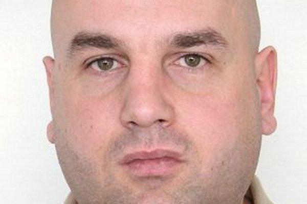 Štyridsaťjedenročný Vladimír Čimbora z Rakovej sa ukrýva pred políciou.