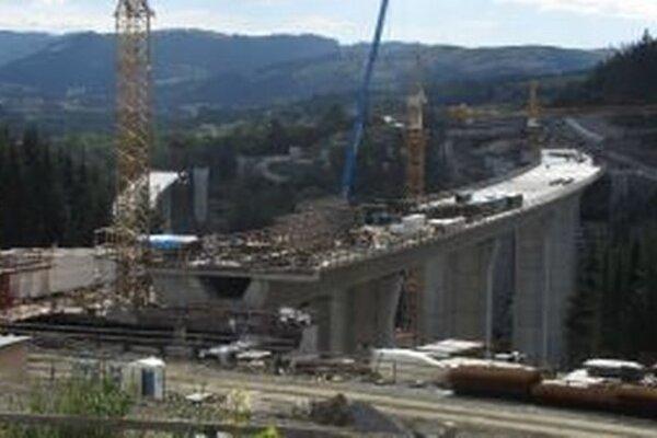 NDS tvrdí, že práce čo sa týka výstavky diaľničného úseku D3 Svrčinovec – Skalité pokračujú v zmysle s harmonogramom.
