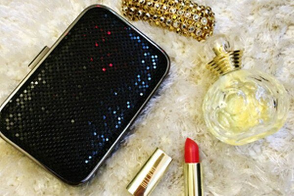 Nevyhnutné doplnky, clutch kabelky, jeden výrazný šperk, rúž a vôňa, ktorá podčiarkne vašu osobnosť, nemôžu chýbať.