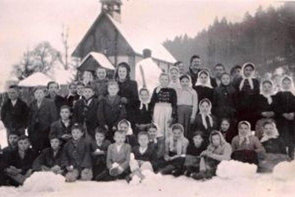 Žiaci pri kostole v Harvelke v roku 1945.