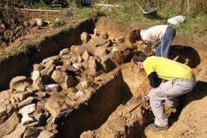 Danka Majerčíková a Daniel Husárik z Kysuckého múzea pri vykopávkach zatiaľ neznámej kamennej štruktúry na Koscelisku. Či ide o zvyšky mohyly, je zatiaľ ťažké povedať.