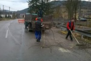 Čistiace práce v obci pokračujú.