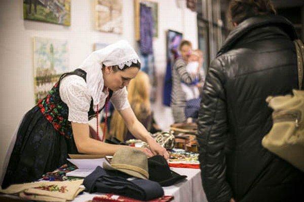 Terézia Belková na novembrovej Burze krojov ponúkala klobúky či staré kysucké sukne a zástery.