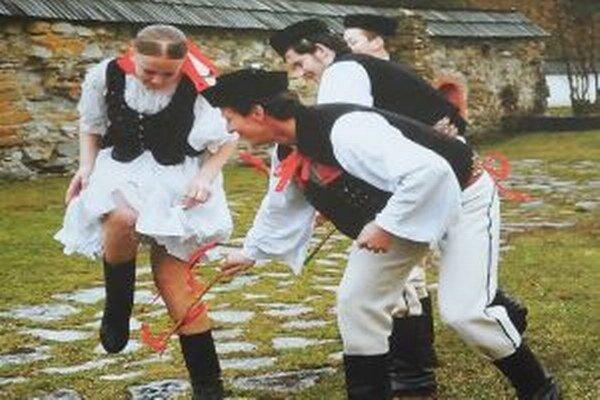 Na Veľkonočný pondelok chodili už od včasného rána mládenci po šibačkách a oblievačkách.