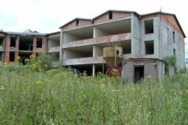 Investor chce rozostavanú školu prebudovať na bytový dom.