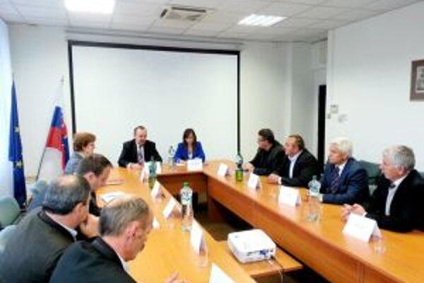 Zástupcovia Správy štátnych hmotných rezerv sa stretli so starostami Horných Kysúc a regiónu Hornej Oravy.  Rokovali o tom, ako predísť škodám  v prípade snehovej kalamity.