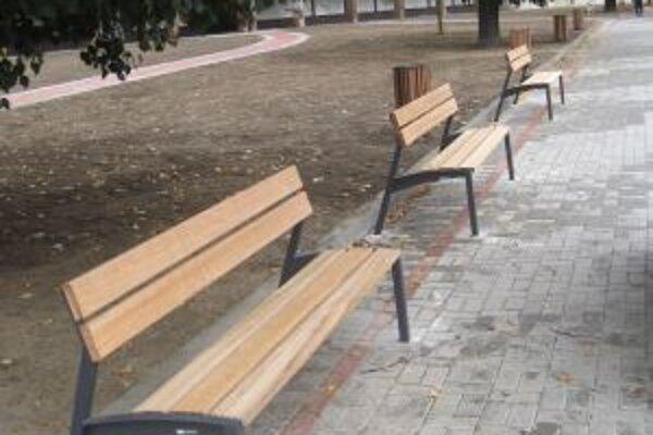 Dodávateľ po krádeži namontoval na mieste ukradnutých nové lavičky.  FOTO: