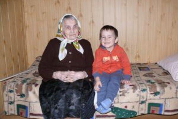 Babička Agnesa sa teší zo svojich pravnúčat. Tí si vždy  radi pri nej posedeli. Dnes je už žiaľ, imobilná.