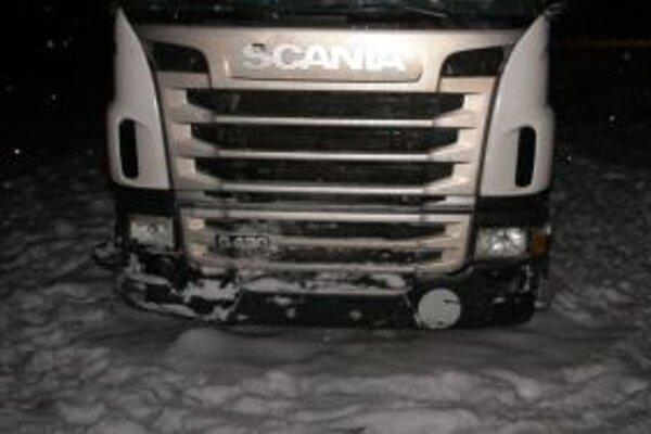 Pri včerajšej nehode sa zrazilo vozidlo Scania s autobusom.