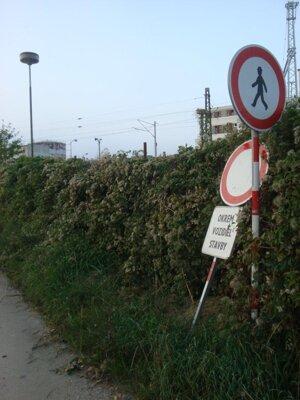 Poškodené dopravné značenie.