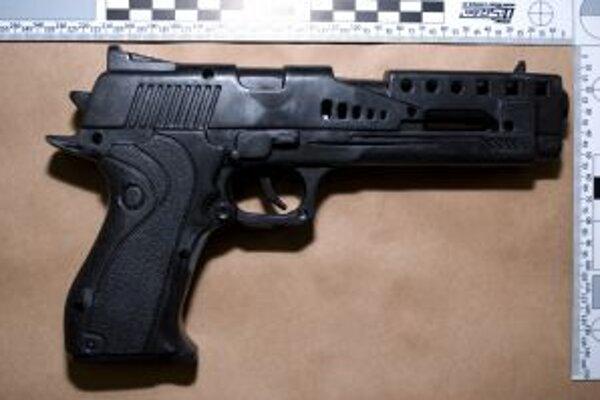 Namiesto toho, aby taxikárke z Kysúc zaplatil, vytiahol mladík strelnú zbraň a žiadal od nej tržbu.