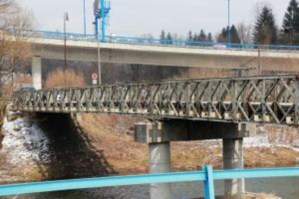 Prejazd Bukovským mostom spomaľuje  dopravu, nákladné autá v ťažkej váhe majú prejazd zakázaný.