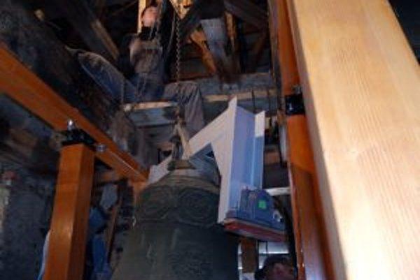 Do veže museli ručne vyniesť aj nové železné uchytenie zvonov, ktoré v prípade najväčšieho zvona vážilo takmer 100 kilogramov.