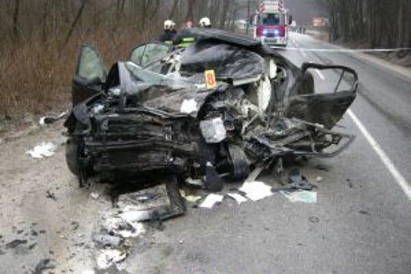 Dokumentácia dopravnej nehody a odstraňovanie jej následkov si vyžiadali trojhodinovú úplnú uzávierku cesty a následný odklon dopravy.