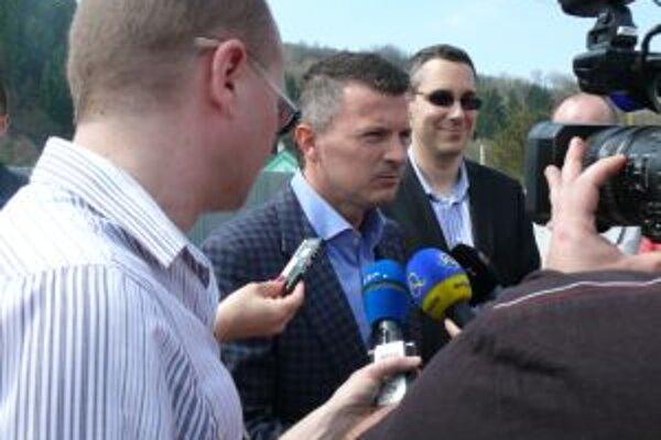Minister dopravy Ján Počiatek novinárom oznámil, že horelický most by mal byť už koncom mája prejazdný v obidvoch smeroch.