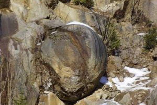 Za záhadnými kamennými guľami prichádzajú na Kysuce mnohí zvedavci.